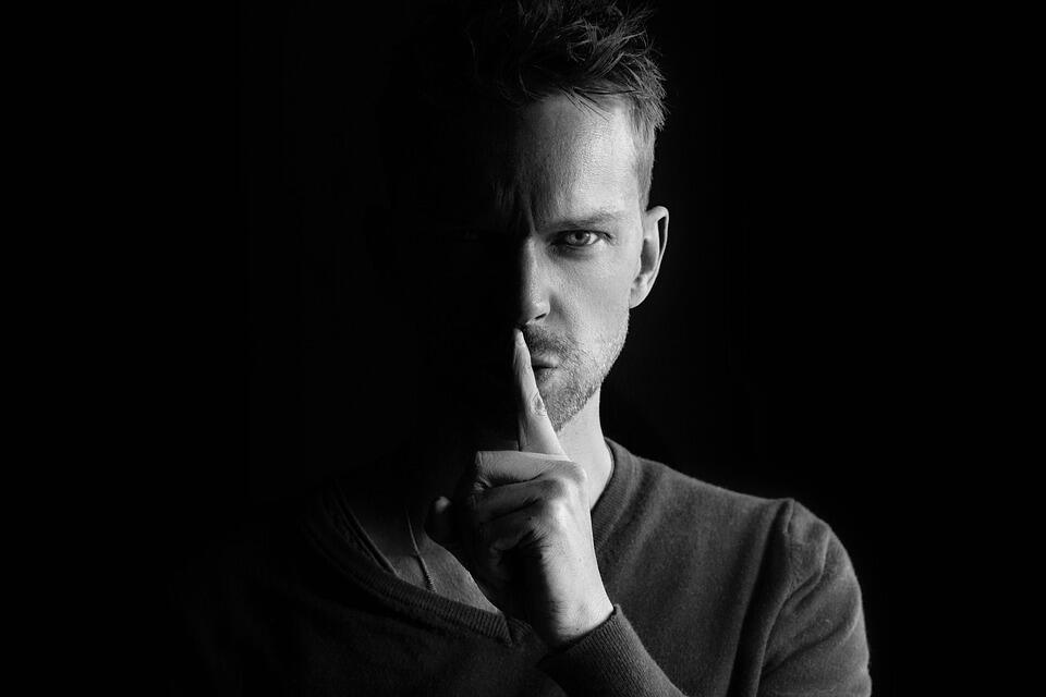 7 Hal yang Diam-diam Dilakukan Cowok Ketika Dia Naksir Cewek