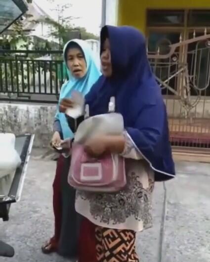 Uniknya Emak-emak Penjual Ini Mengeluarkan Teriakan Melengking Untuk Memikat Pembeli