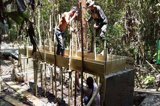Kekompakan TNI dan Warga Selesaikan Pengerjaan Jembatan ketujuh