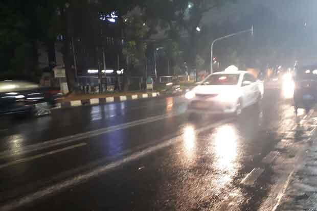 Diguyur Hujan, Pengendara Motor Berteduh di Bawah Flyover