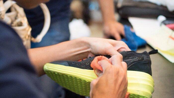 Tampilan sepatu yang kotor seringkali menciptakan penampilan menjadi nggak yummy buat dipandang Cara Mencuci Sepatu Biar Nggak Cepat Rusak, Begini Langkahnya Gan Sis!