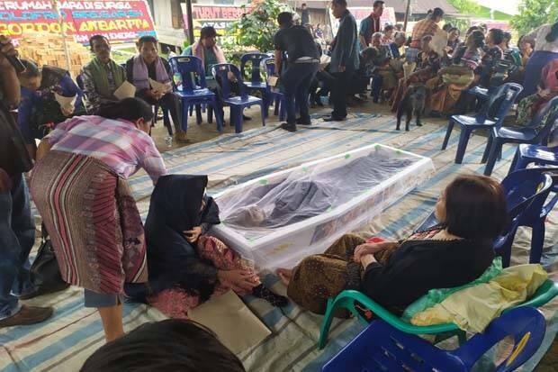 Jenazah Aktivis Walhi Dimakamkan di Kampung Opungnya Tiga Dolok