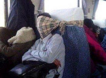 Deretan Foto Ini Menunjukan Betapa Kreatifnya Cara Orang Menghindari Mabuk Perjalanan