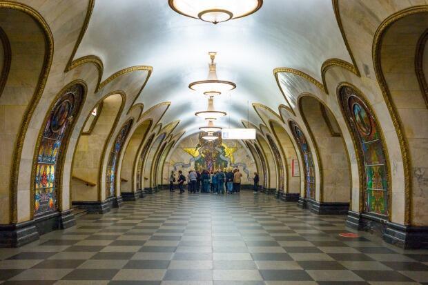 Bukan Hotel Atau Museum, Stasiun Kereta Bawah Tanah Ini Cantik Banget!