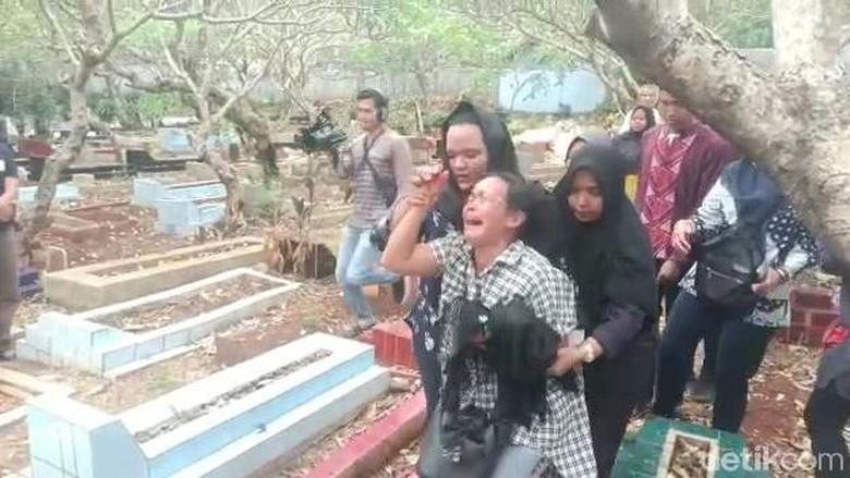 Ibunda Korban Demo Rusuh Histeris Usai Pemakaman: Anak Saya Disiksa
