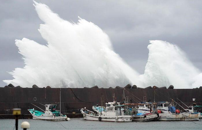 Jepang bersiap hadapi topan terbesar dalam 60 tahun terakhir