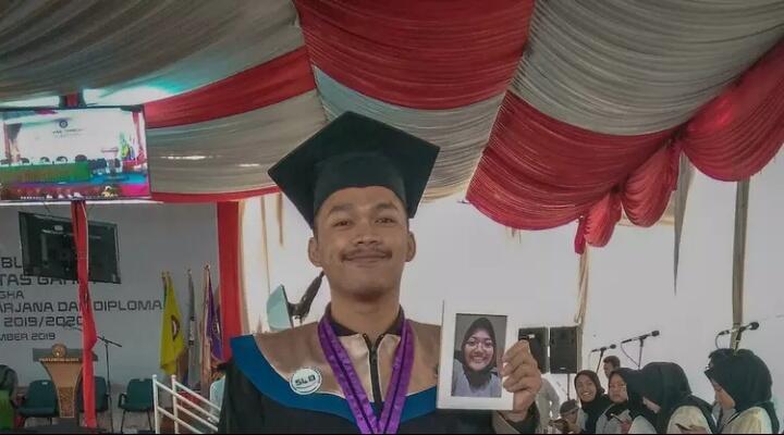 Kisah Haru Bawa Foto Pacar Yang Sudah Meninggal Ketika Wisuda.