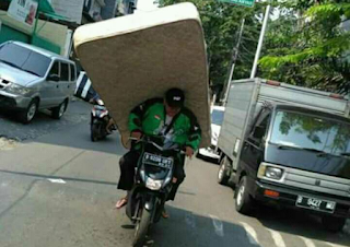 Salut, Gan! Lihat Perjuangan Driver-Driver Ojol Menangani Barang Orderan Pelanggannya