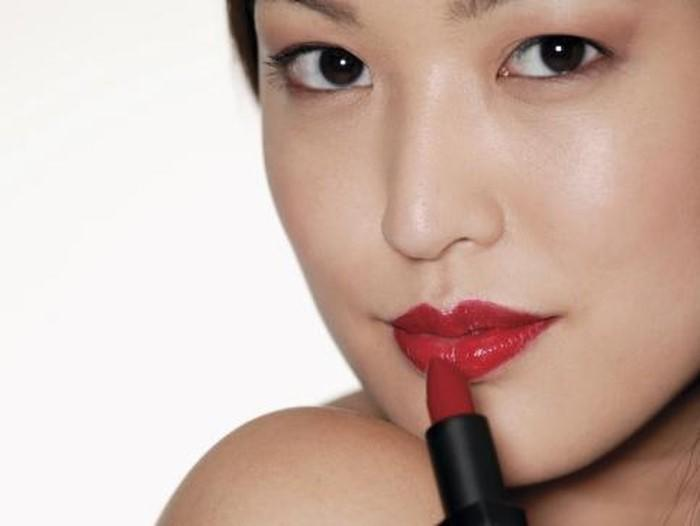 Selain Membuat Bibir Merah Merona, Lipstik Juga Bisa Jadikan Bibirmu Menghitam!