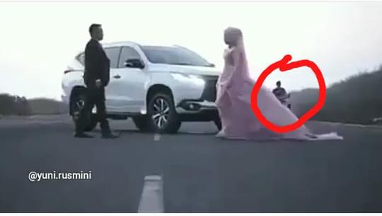 Video Prewedding ini Viral Karena Ada Tukang Cendol Dawet Lewat, Bukan Settingan Gan!