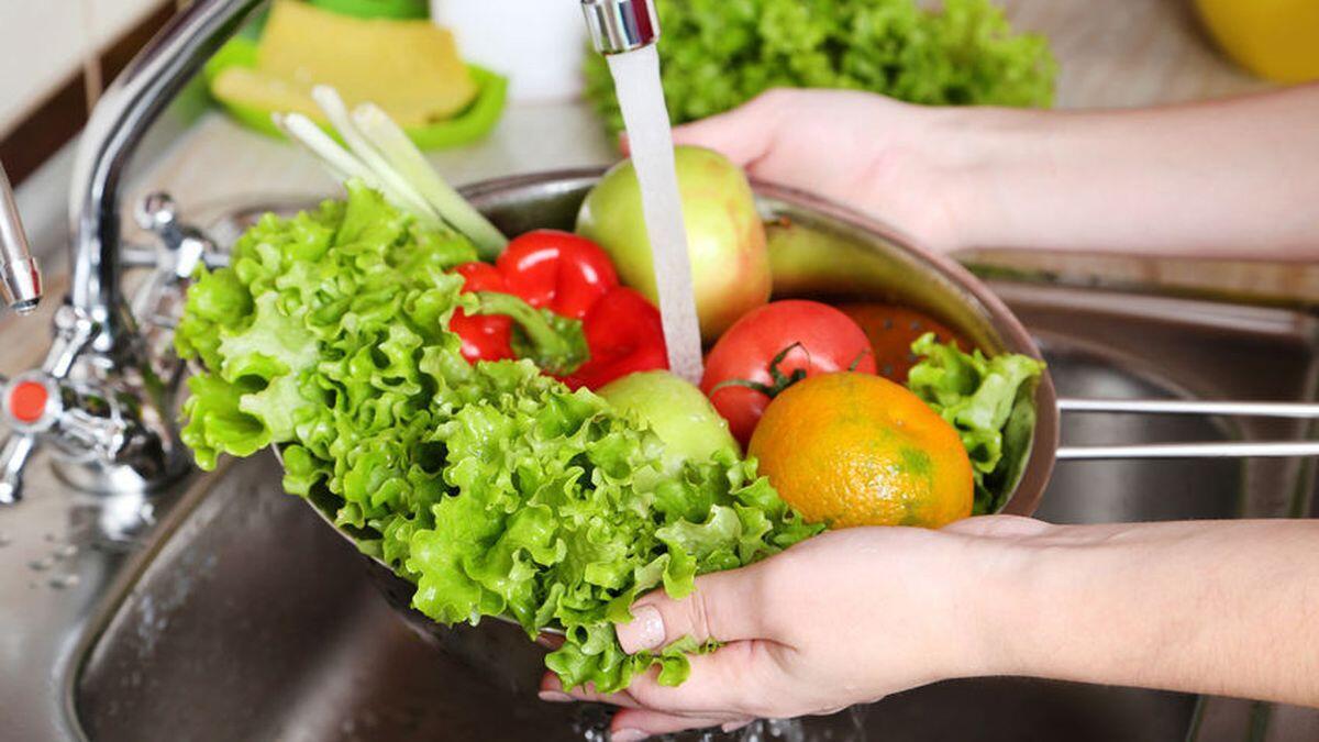 Jangan Simpan Buah atau Sayur Dalam Keadaan Basah di Kulkas