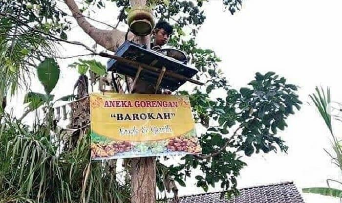 """Bra Diarak ke Jalanan, Berikut Potret-Potret """"Nyeleneh"""" Penjual Saat Berdagang"""