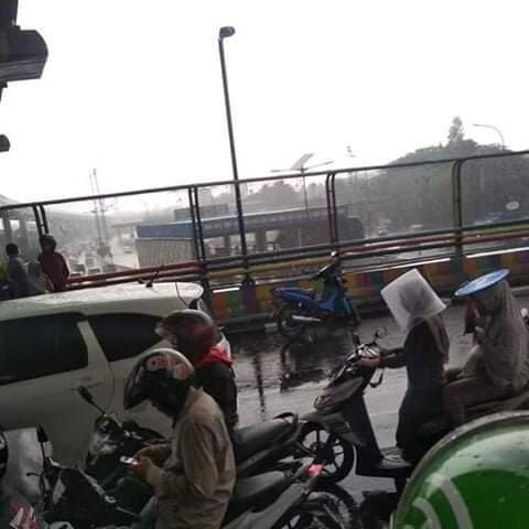 Ada Yang Salah Dengan Suasana Hujan Ini?