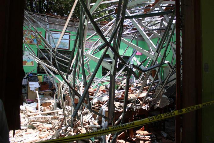 Atap gedung SD di Pasuruan ambruk, guru dan murid tewas