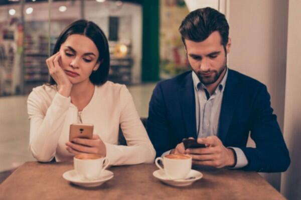 5 Motif Psikologis Ketika Pasanganmu Suka Memeriksa Ponselmu