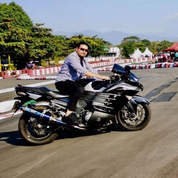 9 Potret Pesinetron Umay Lubis Beraksi di Atas Motor, Biker Sejati!