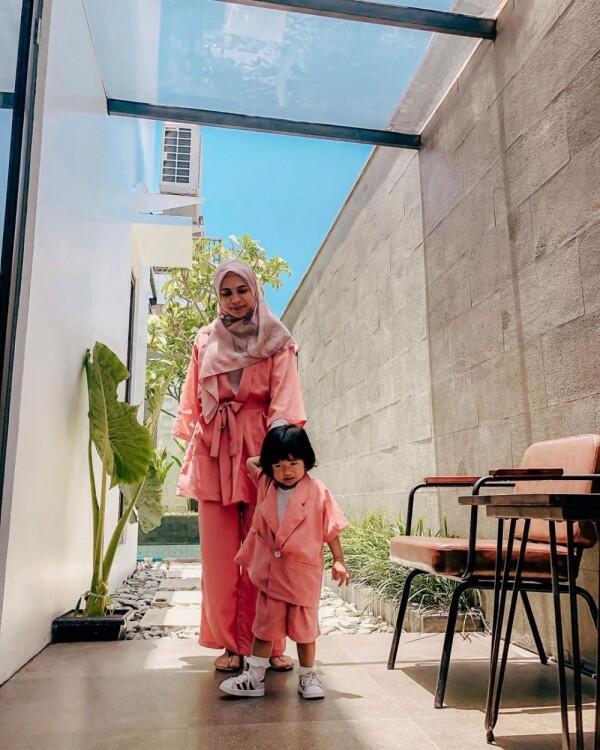 9 Inspirasi Outfit Kembar ala Ibu dan Anak Selebriti, Semakin Kompak!