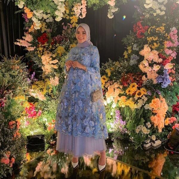 Dress sampai Kebaya, 10 Gaya Kondangan dengan Hijab ala Erica Putri