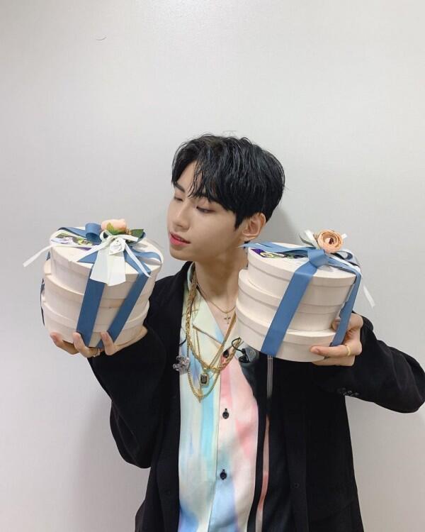 Rilis Album Mini, 10 Potret Jinhyuk UP10TION yang Resmi Debut Solo