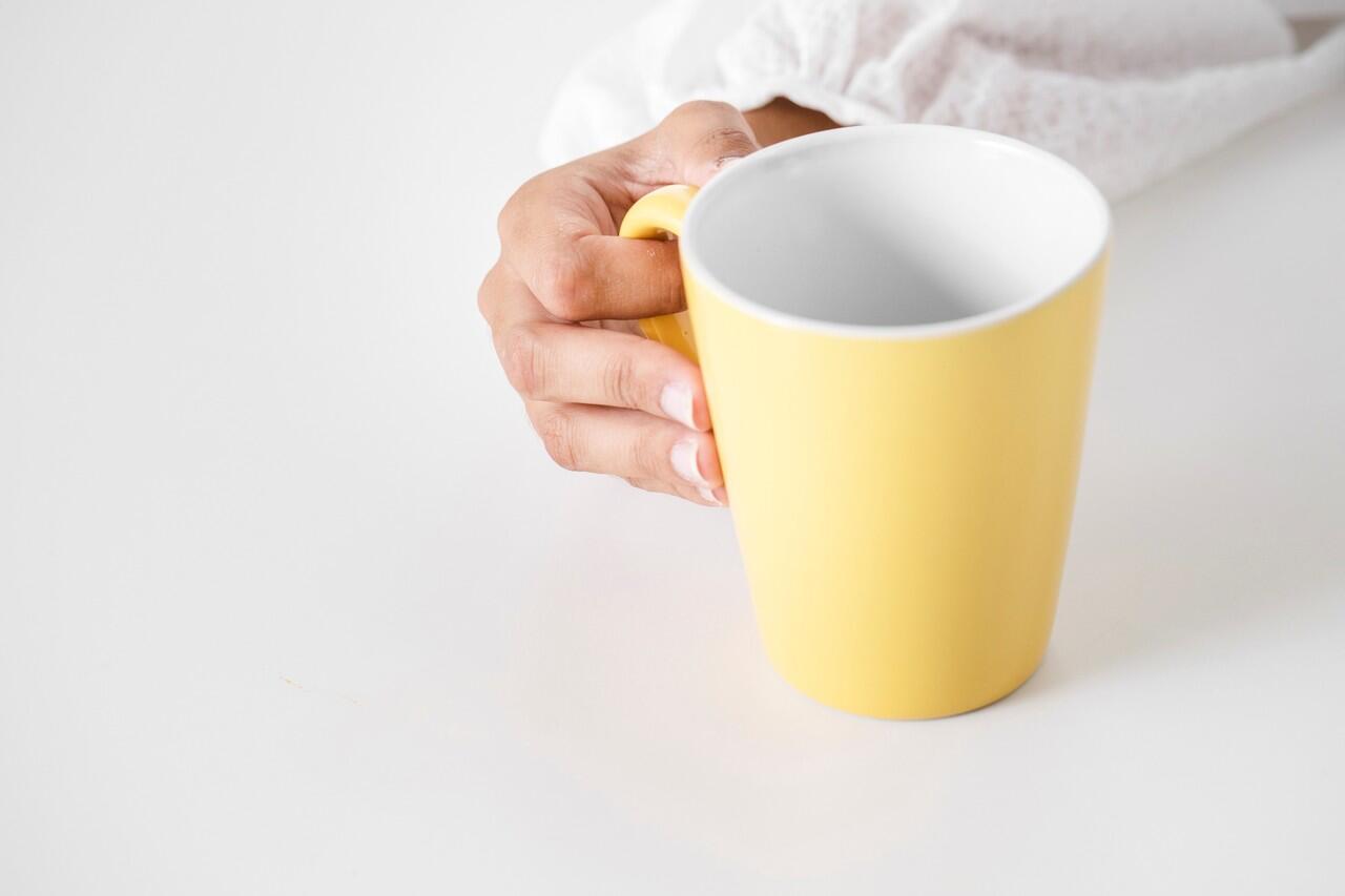 Hilangkan Bekas Kerak Pada Cangkir dan Mug