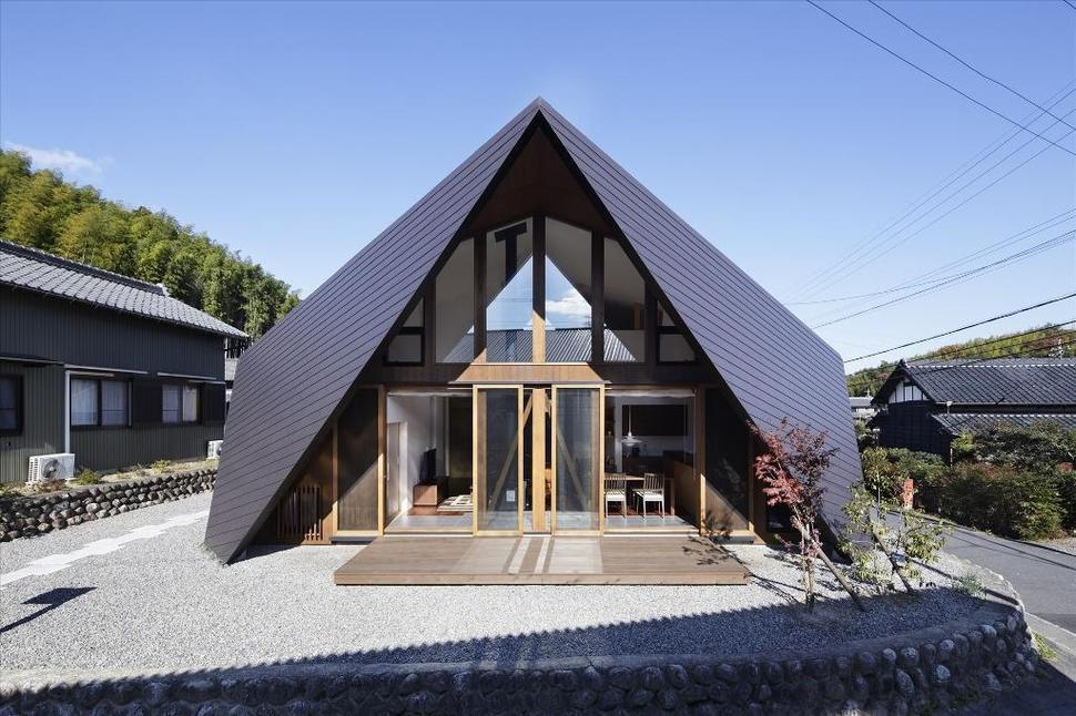 Model Rumah Atap Kayu yang Unik dan Cantik