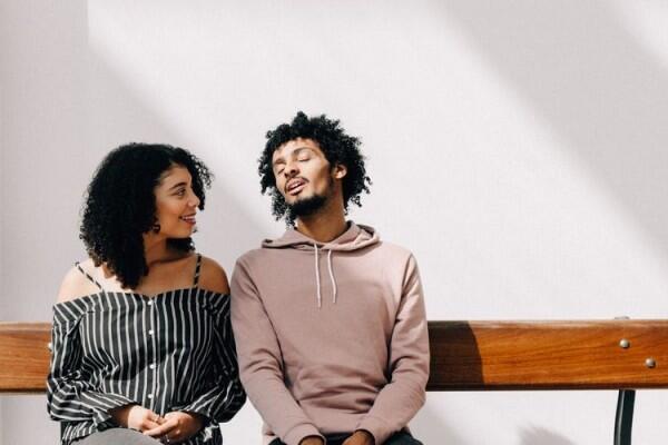 7 Alasan Kenapa Sulit Move On dari Cinta Bertepuk Sebelah Tangan