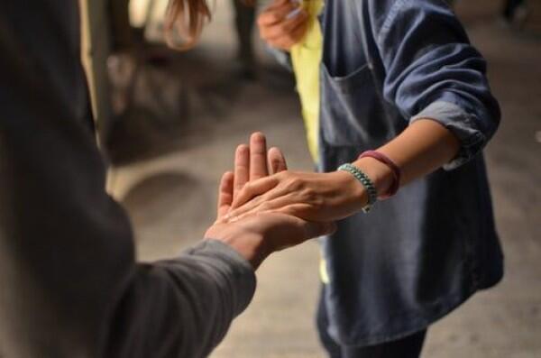 5 Cara Menunjukan Rasa Empati pada Mereka yang Sedang Tidak Bahagia