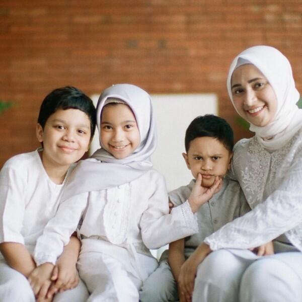 Jarang Disorot, Ini 10 Potret Kebersamaan Tompi dengan Ketiga Anaknya