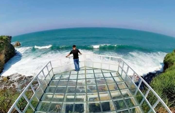Teras Kaca Pantai Nguluran Gunungkidul, Suguhkan Keindahan Alam