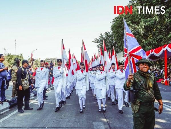 11 Foto Keseruan Parade Surabaya Juang 2019, Penuh dengan Ledakan Bom!