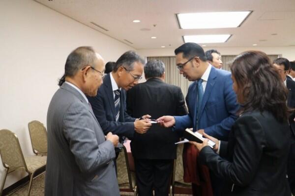 Terbang ke Jepang, Ridwan Kamil Bagikan Buku Menu Investasi Jabar