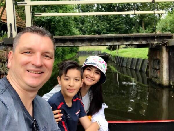 Ini 11 Potret Harmonis Keluarga Kecil Maudy Koesnaedi, Goals Banget!