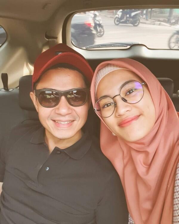 10 Gaya Pasangan Artis yang Berpose Mesra di Dalam Mobil, So Sweet!