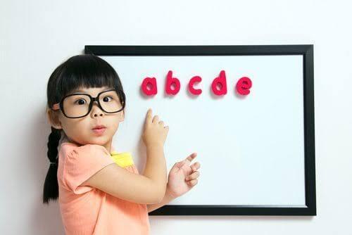 Stimulasi Anak dengan Masuk Sekolah Dini, Haruskah?
