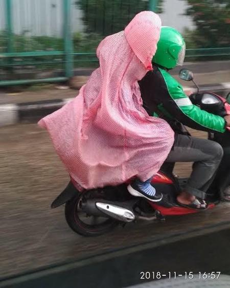 Kocak! Inilah Kreatifitas Warga +62 Guna Menghindari Air Hujan Saat Berkendara