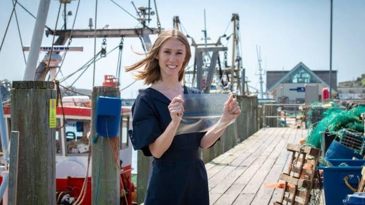 Anjay! Wanita Ini Membuat Plastik Ramah Lingkungan Dari Limbah Ikan. Emang Kagak Bau?