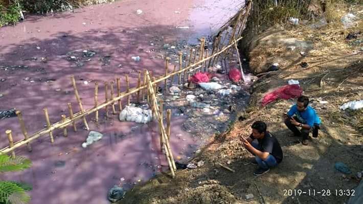 Air Sungai di Cirebon Ini Berubah Warna Menjadi Pink! Apa Penyebabnya Ya?