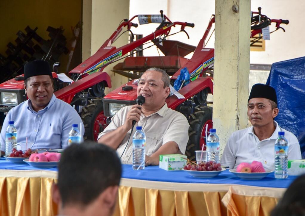 Tepati Janji Politik, HBK Bagikan Traktor Untuk Petani Lombok