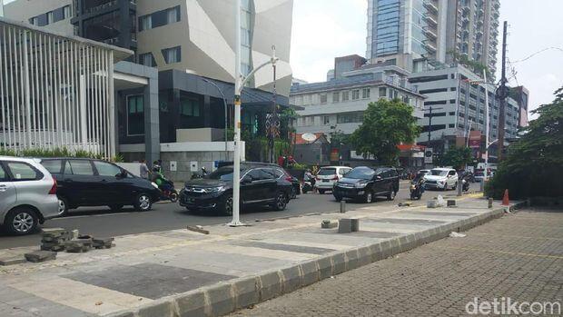 Viral Tinggi Trotoar di Kemang Persulit Warga Parkir