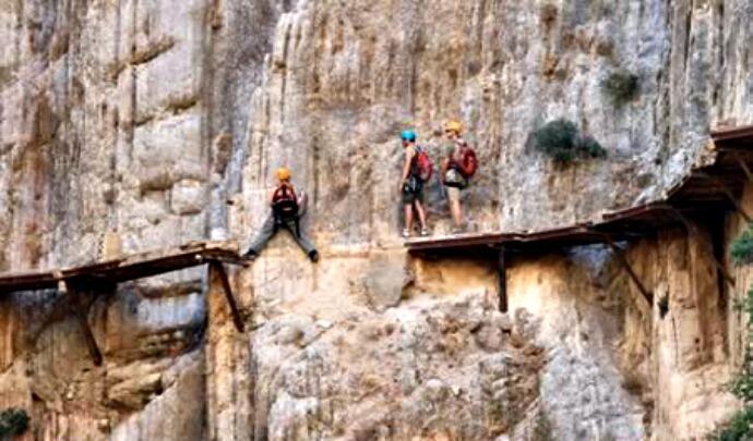 Wisata Extreme Dunia, Ada yang Minat Mencoba ?
