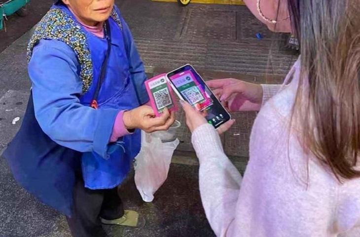 Inovasi Gan! Pengemis Asal China Ini Sudah Pakai QR Code untuk Transaksi Digital