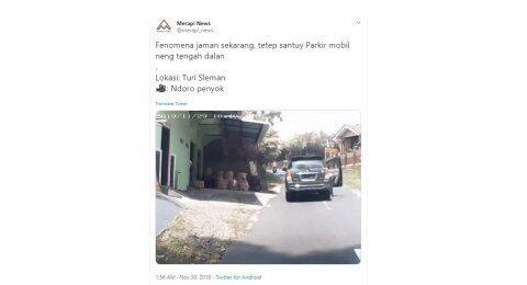 Kelewat Santuy! Perempuan Ini Parkir di Tengah Jalan Tanpa Merasa Bersalah