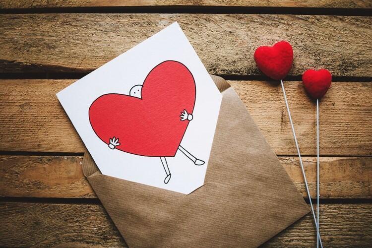 Ingin Punya Pacar? Kenali Dulu 6 Ciri Seseorang Jatuh Cinta Padamu!