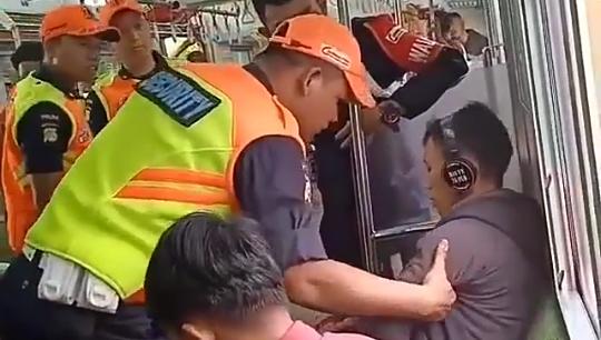 Diseret Security karena Merokok, Penumpang KRL Maha Santuy Ini Bikin Geram Netijen!