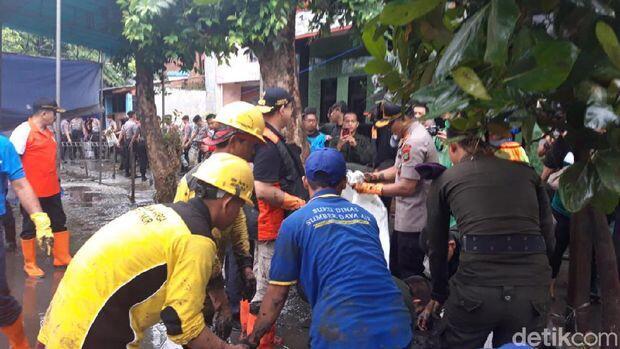 Ikut Kerja Bakti, Anies Bersihkan Sampah Berlumpur Sisa Banjir di Jaktim