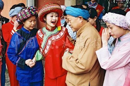 Ritual Pernikahan Aneh Dunia, Ada yang Sampai Digunduli dan Diludahi Payudaranya.