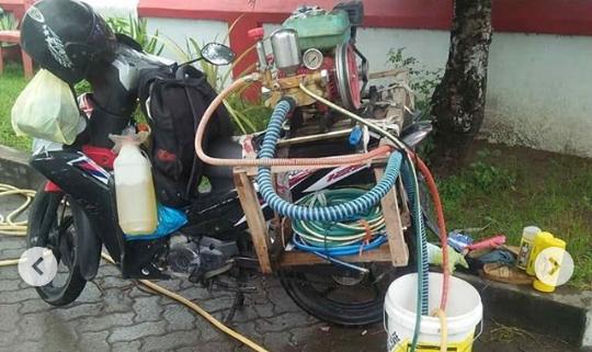 Viral Video Bapak Tua Jasa Cuci Kendaraan Keliling, Bawa Mesin di Atas Kepala! Kuat?