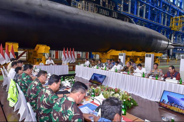 Jokowi Pimpin Rapat Kabinet di Hanggar Kapal Selam PT PAL