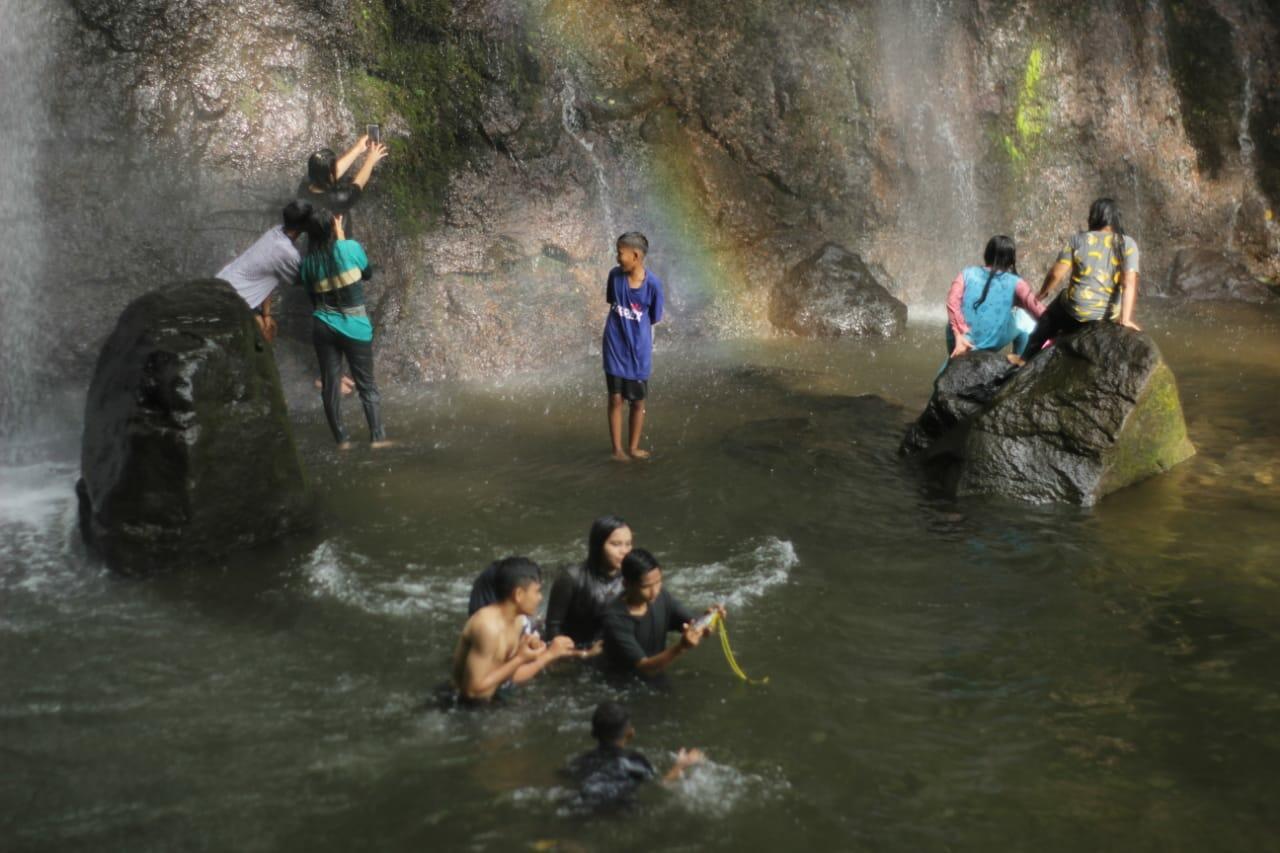 Momen Menakjubkan Pelangi Abadi Di Air Terjun Duo Bidadari