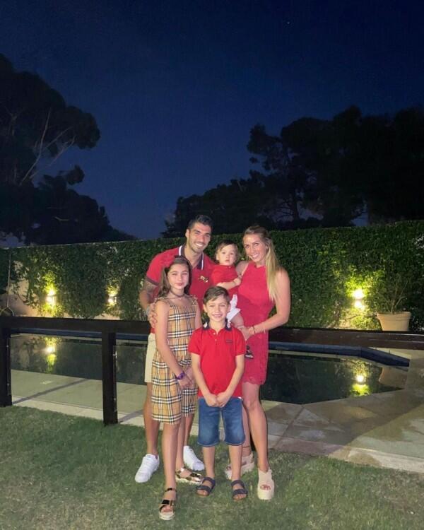 10 Potret Kehangatan Luiz Suarez Bersama Keluarga Kecilnya, Harmonis!